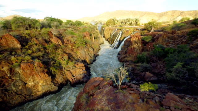 vídeos de stock, filmes e b-roll de heli catarata epupa criado pelo rio kunene - multicóptero