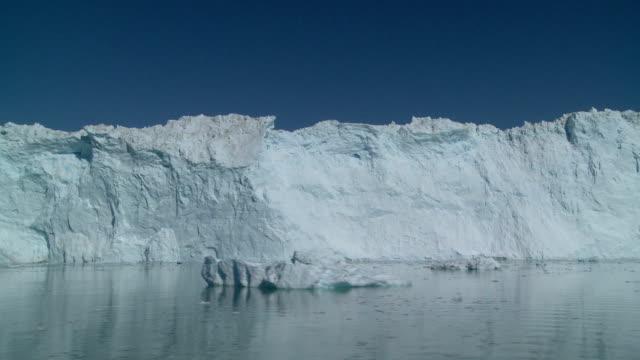 ghiacciaio di eqi - ghiaccio galleggiante video stock e b–roll
