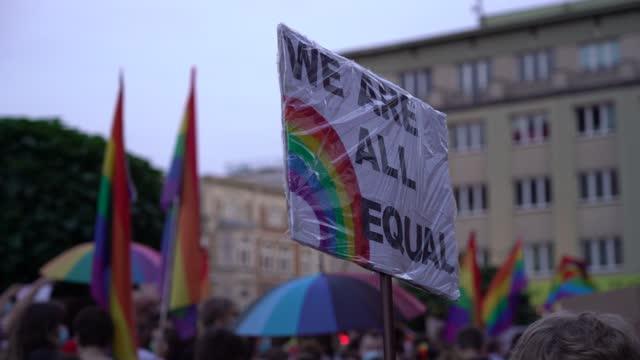 vídeos de stock, filmes e b-roll de marcha pela igualdade lgbt. lute pelos direitos lgbtq+. bandeiras do arco-íris, faixas e máscaras. luta pelos direitos lgbt durante a pandemia do coronavírus. - lgbt