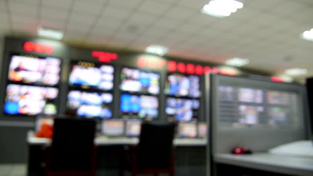 tv-geräte kontrolle. - atelier stock-videos und b-roll-filmmaterial