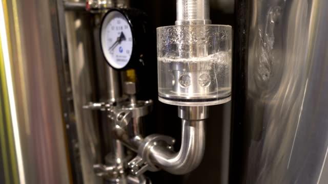 attrezzature per la produzione di birra artigianale - fermentare video stock e b–roll