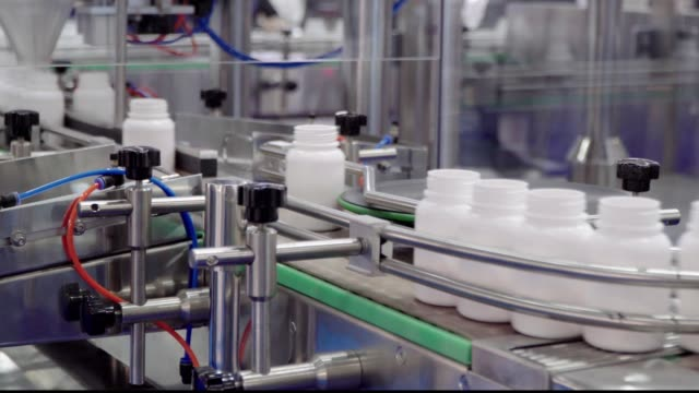 i̇laç ve kimya laboratuvarları ve sanayi için ekipman, ilaçların ambalajı için otomatik bir hat - i̇laç stok videoları ve detay görüntü çekimi