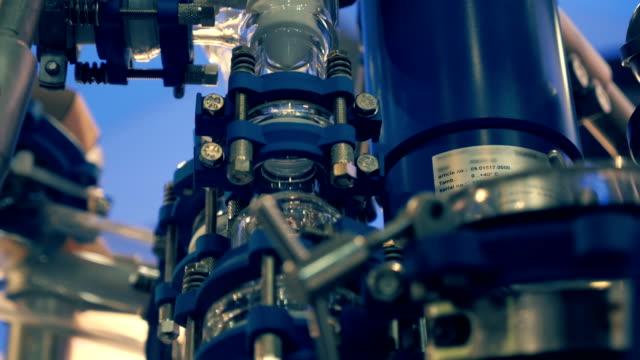 vidéos et rushes de équipement de laboratoire pour la production de matériaux innovants prometteur - pureté