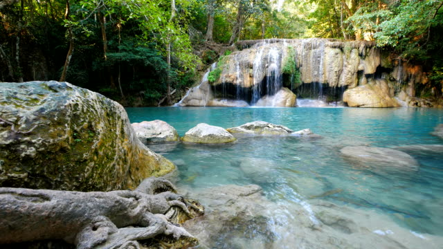 エラワン滝 (ドリー ショット)、カンチャナブリ、タイ - 清潔点の映像素材/bロール