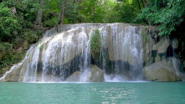 タイ・カンチャナブリーの有名な観光地、国立公園のエラワン滝第2階。 - 文字記号点の映像素材/bロール