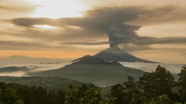 vídeos de stock e filmes b-roll de eruption of the volcano agung indonesia kintamani. timelapse hyperlapse 4k bali - cinza