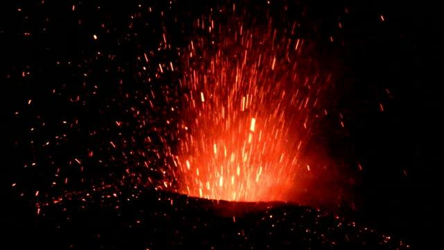 ausbruch des vulkans ätna, italien - vulkan stock-videos und b-roll-filmmaterial