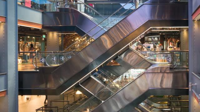 vídeos de stock, filmes e b-roll de multidão de shopping center de escada rolante 4k de pessoas comprar centro de centro de loja - característica arquitetônica