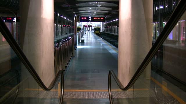 """vidéos et rushes de (hd1080i) """"escalator et descendez à la station de métro - abaisser"""