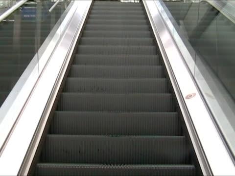 эскалатор вверх  - элемент здания стоковые видео и кадры b-roll