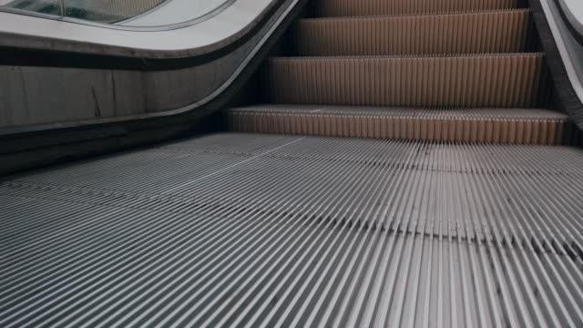 rolltreppe, u-bahnstation - rolltreppe stock-videos und b-roll-filmmaterial