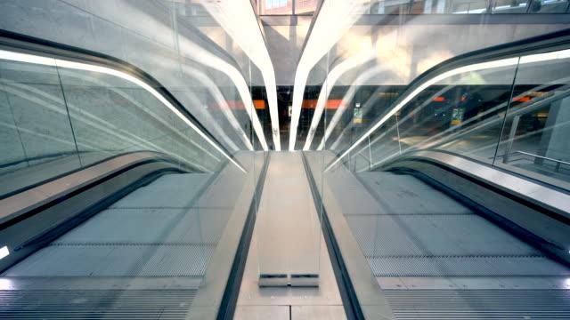 vídeos de stock e filmes b-roll de escalator, subwaystation - berlin wall