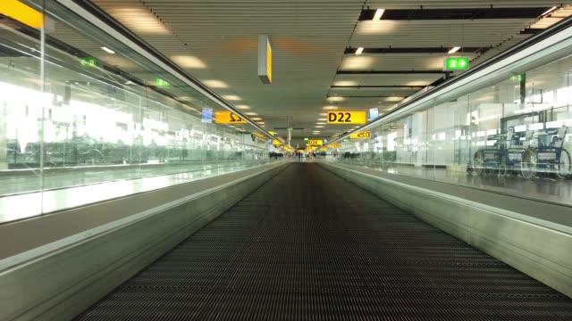 stockvideo's en b-roll-footage met roltrap naar de poorten op schiphol airport amsterdam in nederland - schiphol