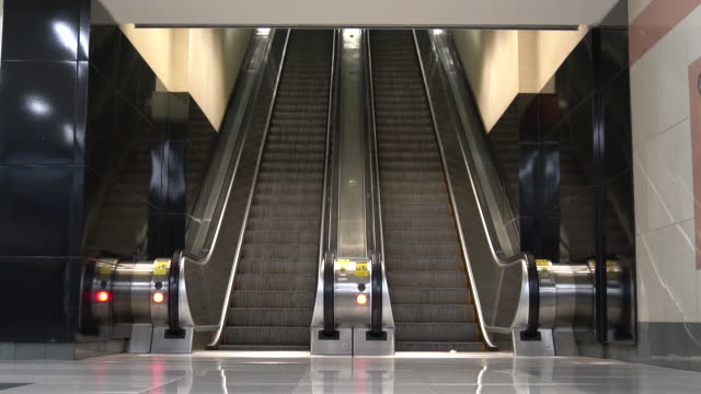 escalator without any people on it going down in slow motion. - space video stock e b–roll