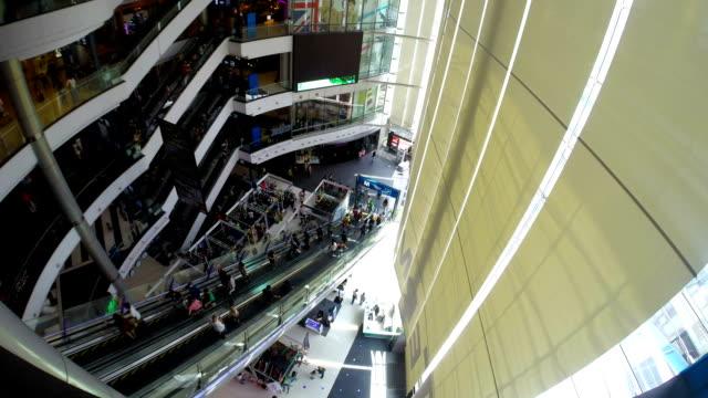 stockvideo's en b-roll-footage met escalators in bangkok thailand shopping mall - christmas tree