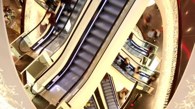 stockvideo's en b-roll-footage met escalators in shopping mall - christmas tree