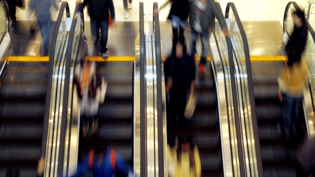 scala mobile nel centro commerciale - escalator video stock e b–roll