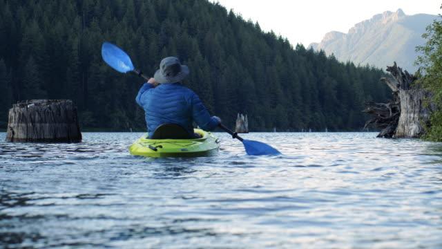 自然のままのアルプス湖スローモーションで自然カヤックアドベンチャーへの脱出 ビデオ