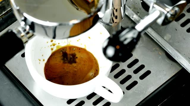 espresso coffee from machine close up. - messa a fuoco differenziale video stock e b–roll