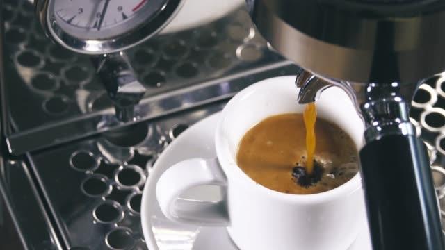 gießen von klassischen kaffeemaschine in kleinen weißen tasse espresso. - cappuccino stock-videos und b-roll-filmmaterial