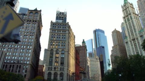 creazione di una vista aerea sui droni degli edifici commerciali finanziari di wall street a new york - centro della città video stock e b–roll