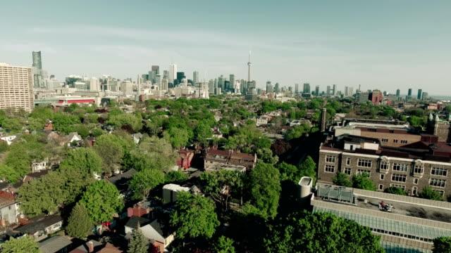 vídeos de stock e filmes b-roll de establishing aerial shot of a modern city. - green city