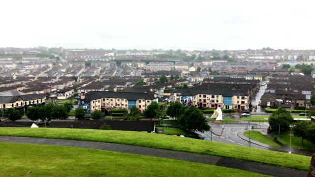 создание дневной выстрел из города дерри в ирландии в пасмурный день - графство дерри стоковые видео и кадры b-roll