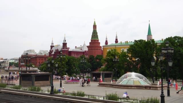 att upprätta drone skott av kreml komplexa square och grand palace i moskva ryssland - röda torget bildbanksvideor och videomaterial från bakom kulisserna