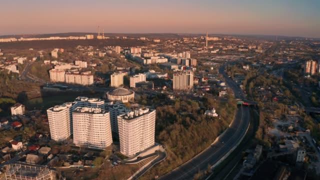 создание орбитального аэрофотосъемки кишинева, молдова на закате - молдавия стоковые видео и кадры b-roll