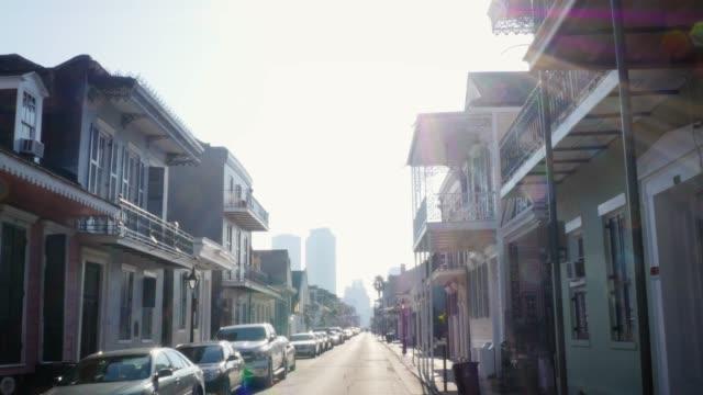 att upprätta skott av en gata med viktorianska hus i new orleans, louisiana - stationär bildbanksvideor och videomaterial från bakom kulisserna