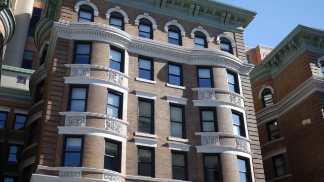 establishing shot of tan building in downtown area - victorian architecture stock videos & royalty-free footage