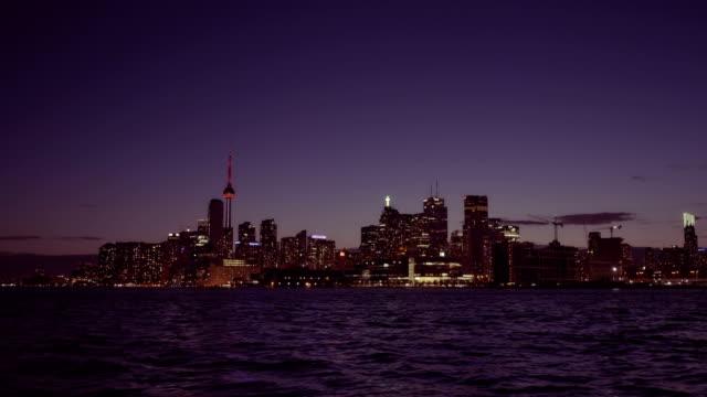att upprätta skott av toronto horisonten på natten. - 4 kilometer bildbanksvideor och videomaterial från bakom kulisserna