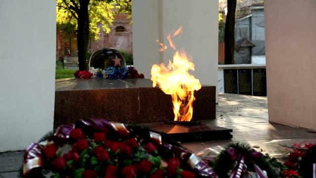 vídeos y material grabado en eventos de stock de llama eterna en el monumento a soldado desconocido - memorial day