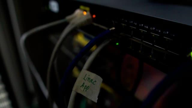 イーサネットスイッチ。クローズアップ。ケーブル、使用および開いた港と。会社のイーサネットを通してデータを送受信する - スーパーコンピューター点の映像素材/bロール