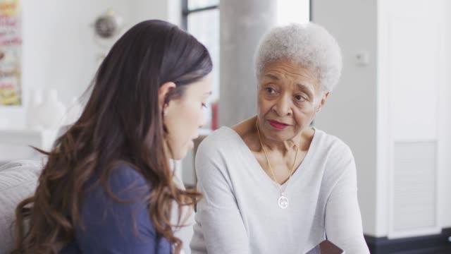 vídeos y material grabado en eventos de stock de mujer étnica senior obtener chequeo médico - atención de personas mayores