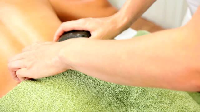 etniczne dziewczyny relaksujący z masaż - terapia lastone filmów i materiałów b-roll