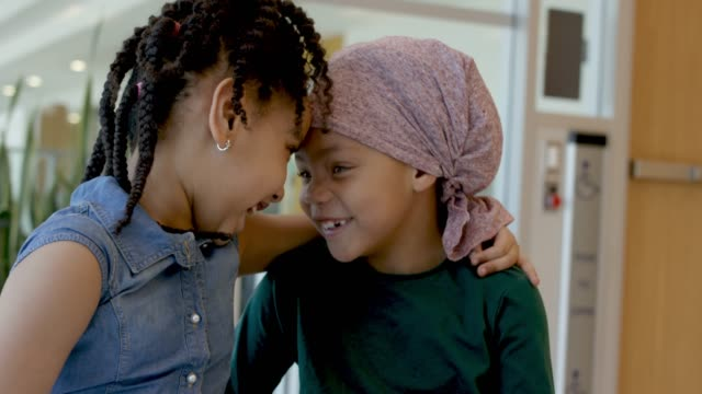 癌と彼女の妹との時間を費やしているエスニックな女の子 - 回復点の映像素材/bロール