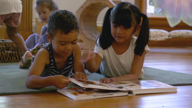 vidéos et rushes de groupe ethnique des enfants de jardin d'enfants jouant - enfant d'âge pré scolaire