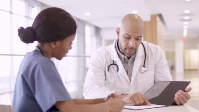 vídeos de stock, filmes e b-roll de profissionais médicos étnicos na reunião - consciência negra