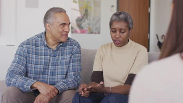 vídeos de stock, filmes e b-roll de pares sênior étnicos no aconselhamento - consciência negra