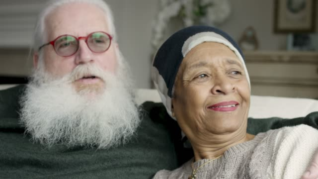 エスニックシニア女性の癌は彼女の白人の夫とリラックス - disruptagingcollection点の映像素材/bロール