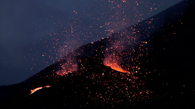 Etna eruption  2014 - lava flow and explosions video