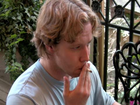 vídeos y material grabado en eventos de stock de euphoric fumador, accidente inhala y exhales simultáneamente - café negro