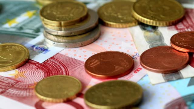 euro-münzen und banknoten. - amerikanische geldmünze stock-videos und b-roll-filmmaterial