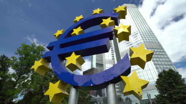 vidéos et rushes de signe d'euro à francfort - europe