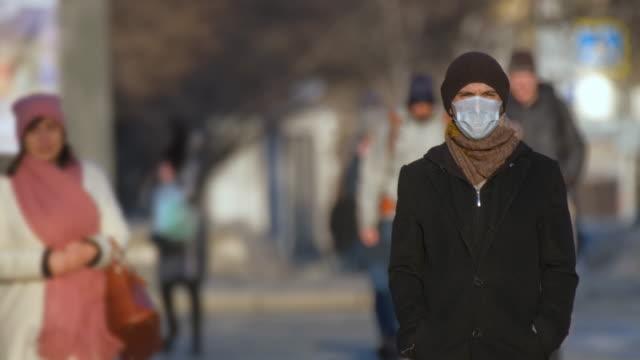 europa infiziert corona-virus 2019 ncov. europäischer mann portrait. maske für covid-19 - krankheitsverhinderung stock-videos und b-roll-filmmaterial