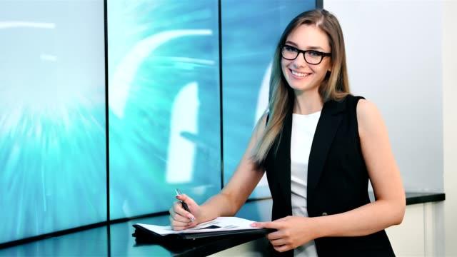 放送スタジオ ミディアム ショットでヨーロッパの女性スタイリッシュなニュース キャスター - ジャーナリスト点の映像素材/bロール