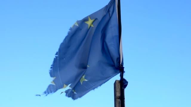 europeiska flaggan fläktade i slow motion. gamla, slitna, trasiga - star pattern bildbanksvideor och videomaterial från bakom kulisserna