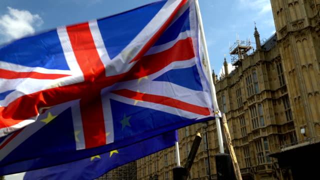 europeiska flaggan med union jack framför westminster - brexit bildbanksvideor och videomaterial från bakom kulisserna