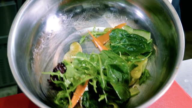 europeisk mat. närbild av förbereder sallad med fisk, örter, grönsaker. 4k - tallrik uppätet bildbanksvideor och videomaterial från bakom kulisserna